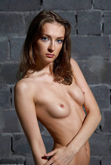 Amateur model Marina likes to be all naked