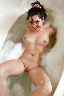 Selma sexy hot babe in the foam in bath