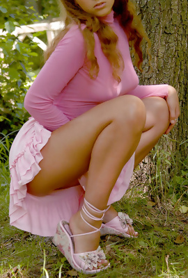 Amateur Curly Rosa strips her pink minie skirt