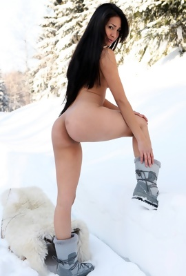 Ruth Medina loves enjoy naked on snow
