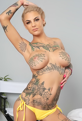 Sexy Tattooed Model Bonnie Rotten In Bikini