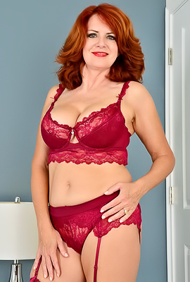 Andi James Red-haired Andi James puts on sexy lingerie to rub cunt